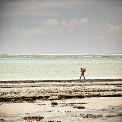 KENYA - Homme sur la plage...